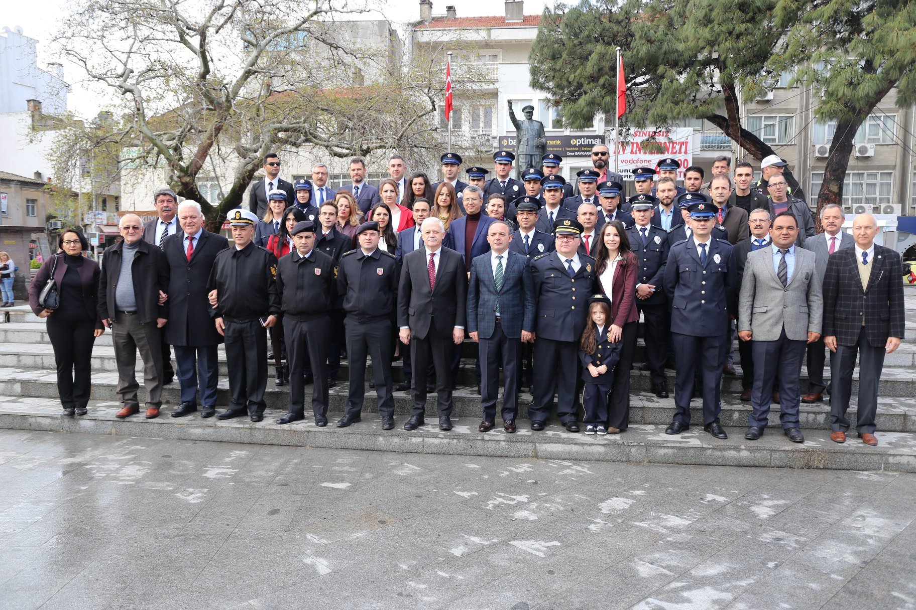 Belediye Başkanımız Ali Kemal Deveciler Cumhuriyet Meydanında Düzenlenen Polis Haftası Programına Katıldı