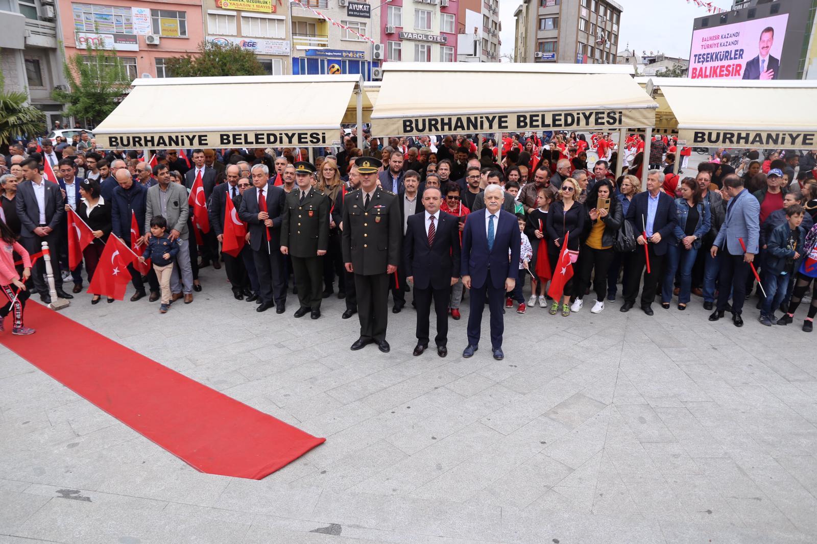 Atatürk'ün Burhaniye'ye Gelişine Görkemli Kutlama