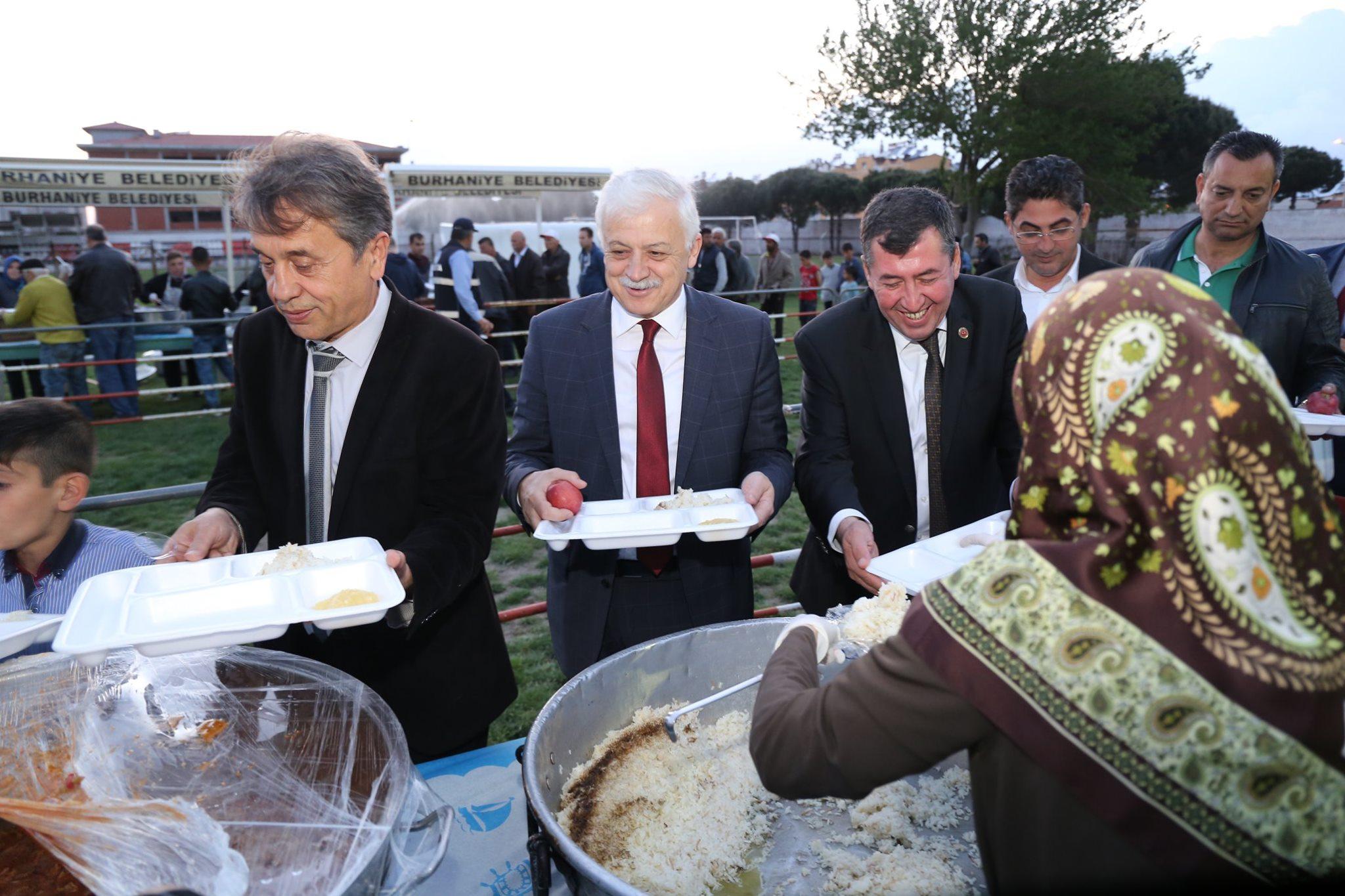 Belediye Başkanımız Ali Kemal Deveciler Belediye Meclis Üyelerimiz ile Birlikte 8 Eylül Stadyumunda Kurulan İftar Çadırına Katıldı.