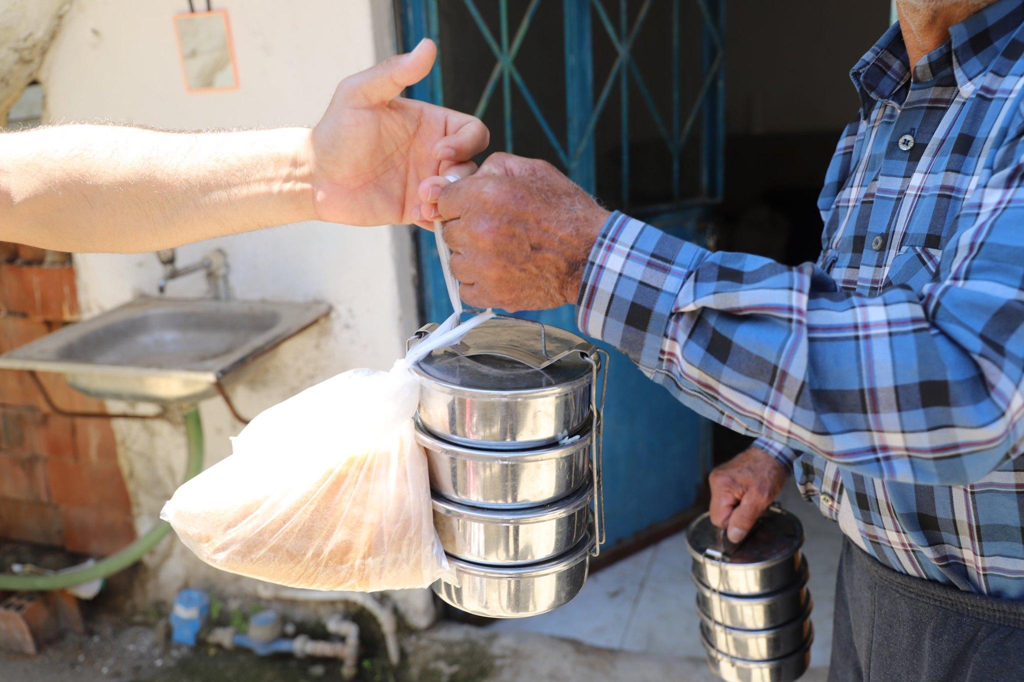 Burhaniye Belediyesinin Sıcak Yemek Yardımı Devam Ediyor