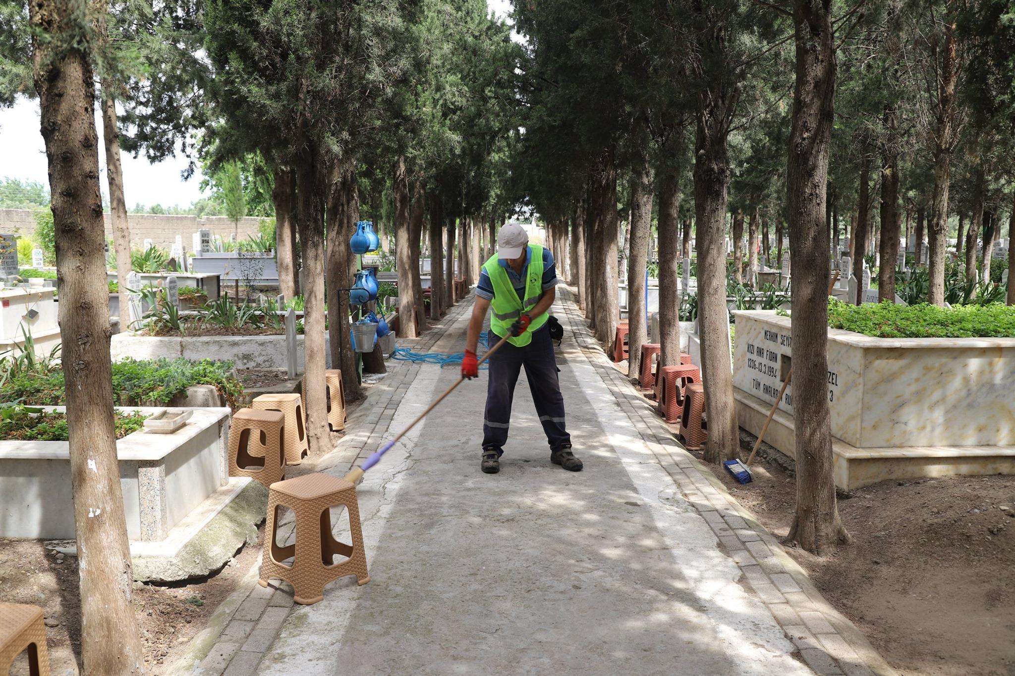 Burhaniye Belediyesinin ''Mezarlıklar Çalışmaları'' Devam Ediyor