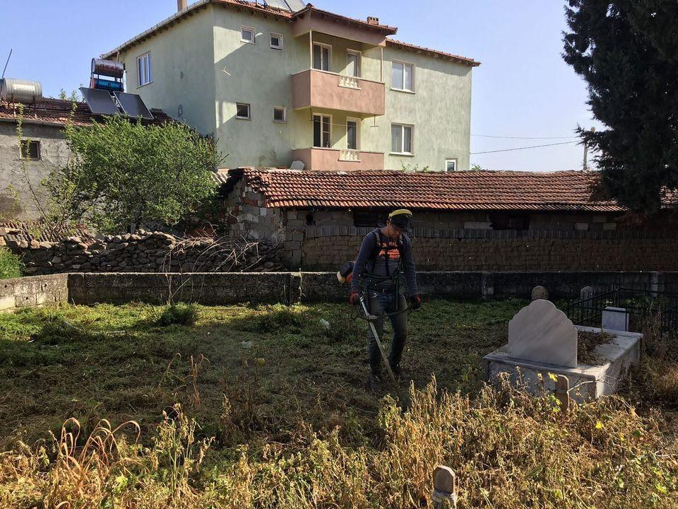 Mezarlıklar Otlardan Arındırılıyor