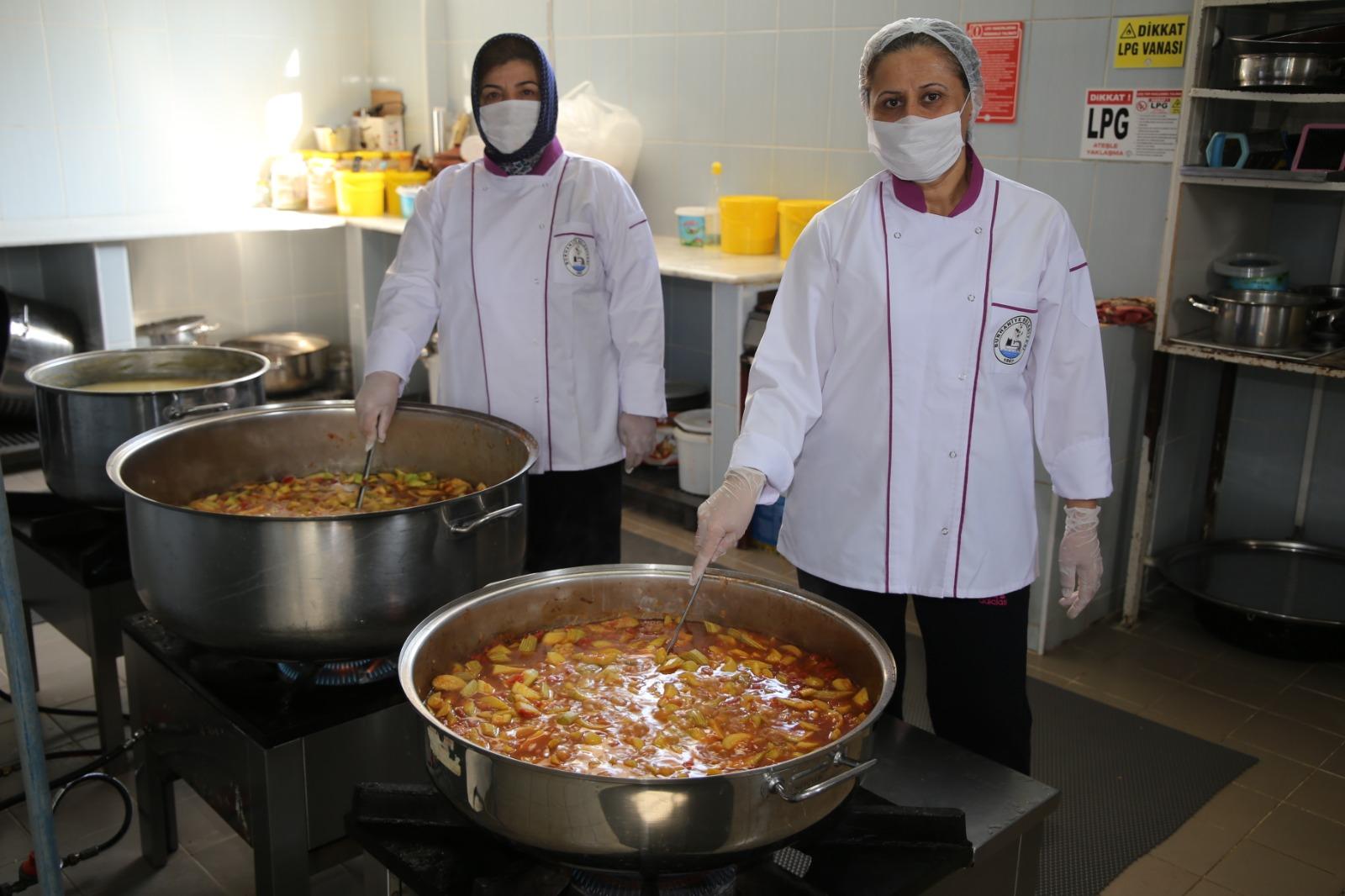 Burhaniye Belediyesinden Karantinada Olanlara Sıcak Yemek